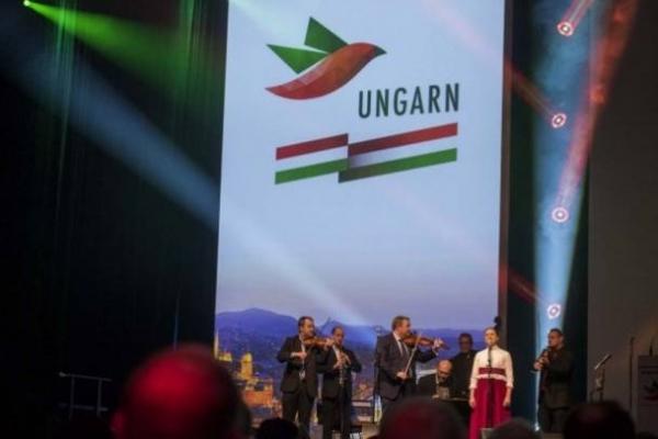 A magyar trikolór színeiben pompázik a berlini Zöld Hét